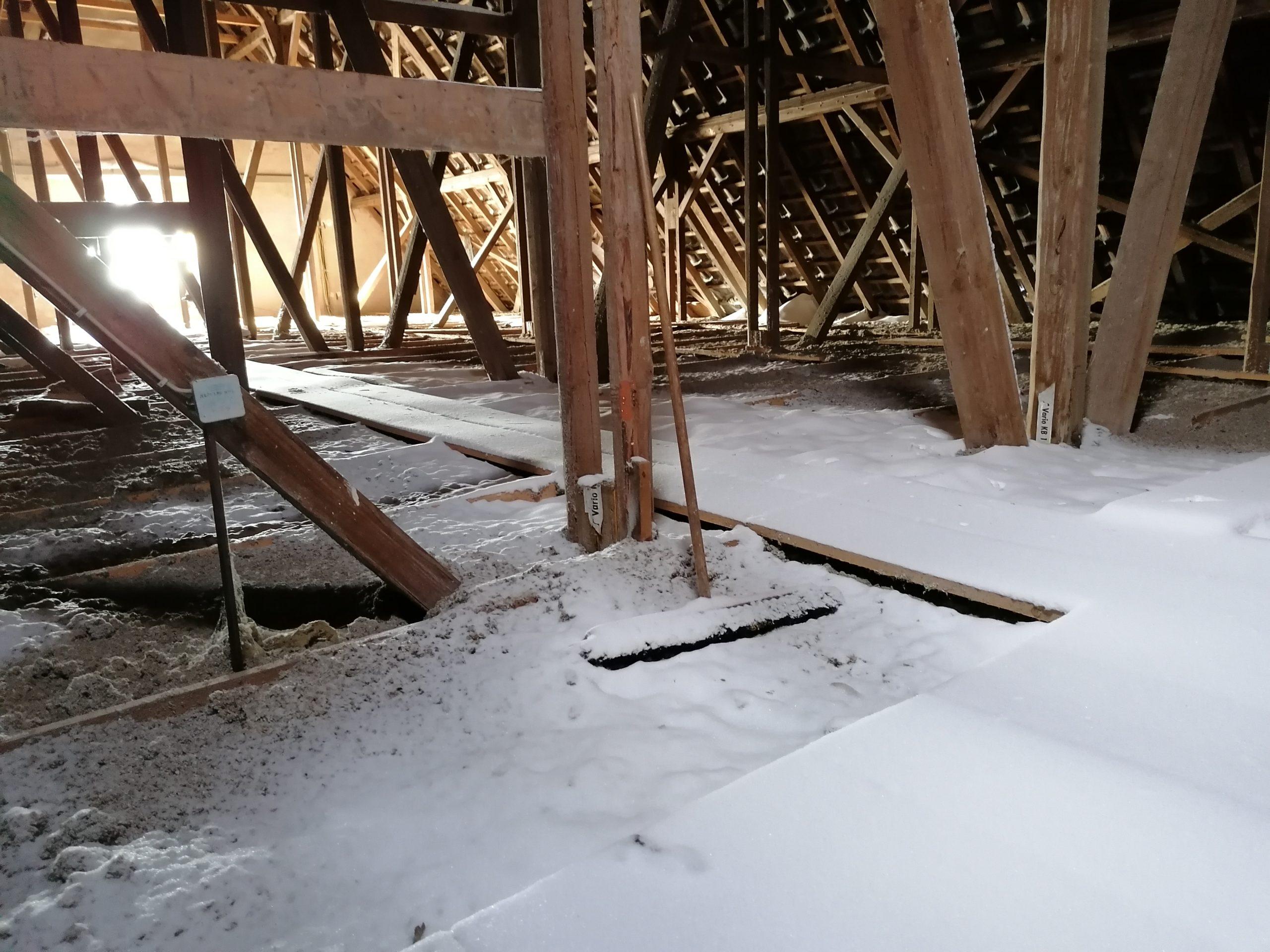 Kirche Sylbach Dachboden nach Schneesturm 2