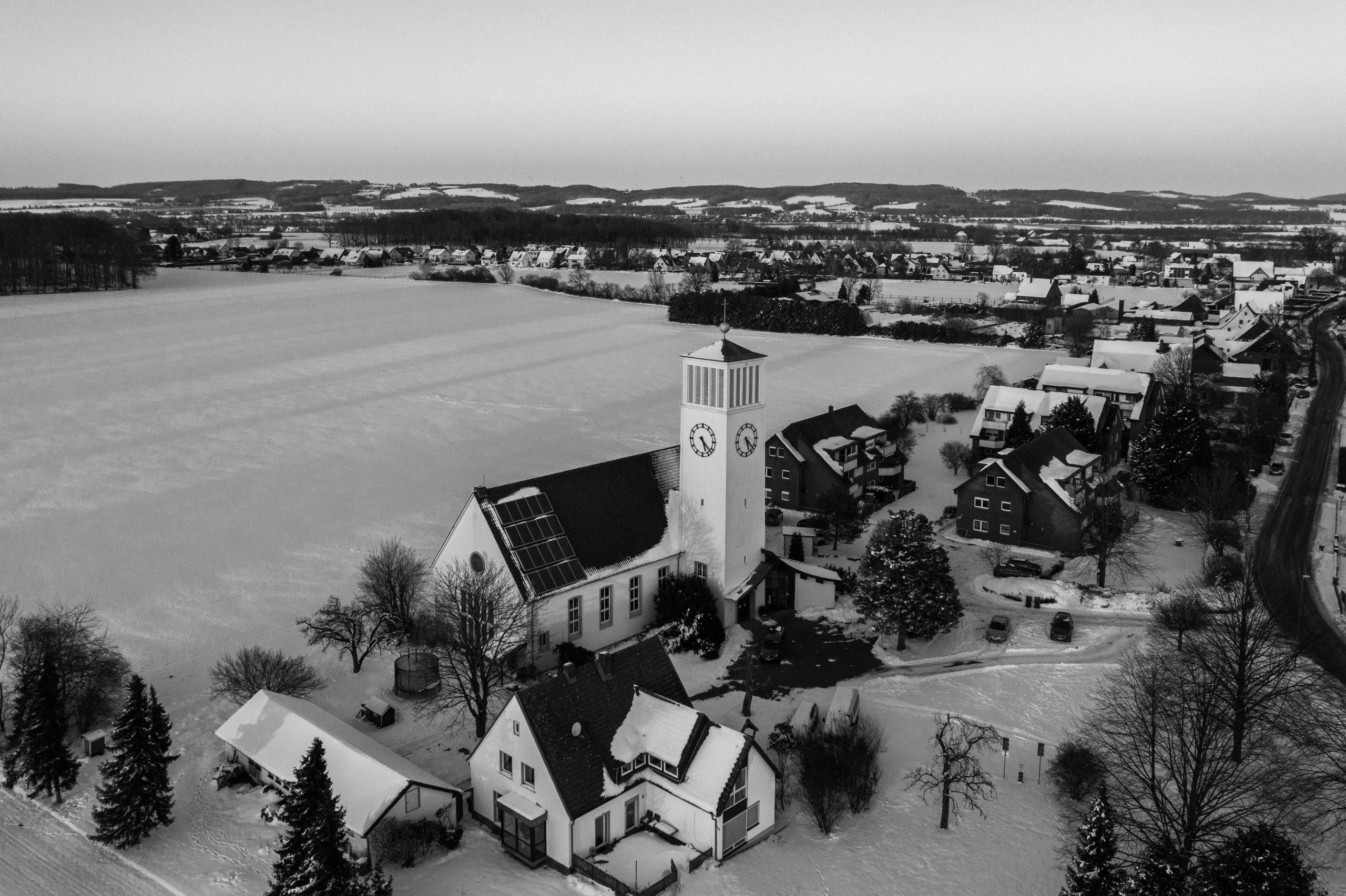 Kirche Sylbach von oben Matthias Ingram 3 sw