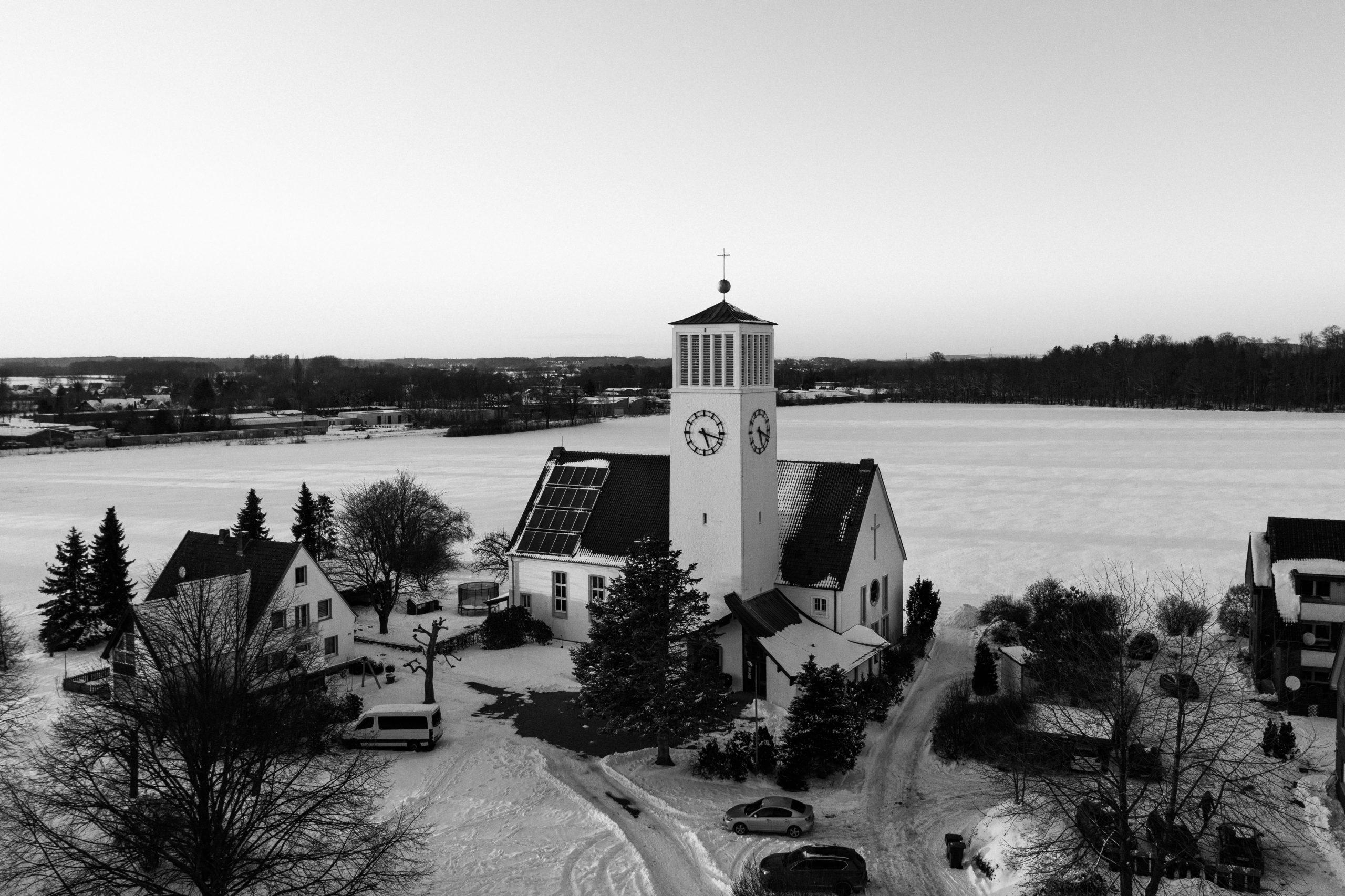 Kirche Sylbach von oben Matthias Ingram 8 sw