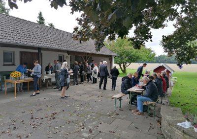Kirche Sylbach Jubelkonfirmation I 2021 Mittagessen im Pfarrgarten 2