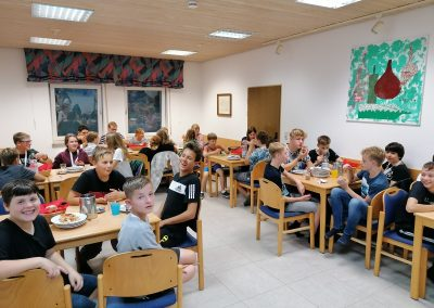 Kirche Sylbach Konfi Wochenden 2021 - Gute Laune im Speisesaal